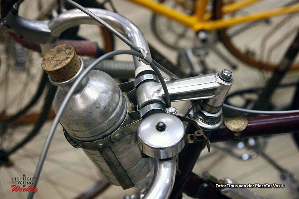 Neerkant - wielrennen - cycling - radsport - cyclisme - Klassieke Wielershow en Beurs: Het Stalen Ros -oude bidon en zelfs een fietsbel met christoffelplaatje- foto Tinus van der Plas/Cor Vos ©2010