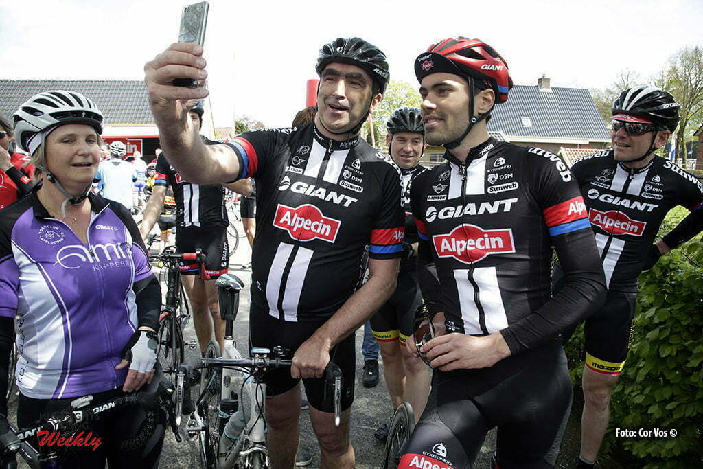"Otterlo - Netherlands - wielrennen - cycling - radsport - cyclisme - Tom Dumoulin (Netherlands / Team Giant - Alpecin) on a ""Sefie"" illustration - sfeer - illustratie pictured during Greet and meet team Giant - Alpecin 2 day's before the start of the Giro D'Italia in Otterlo, the Netherlands - photo Carla&Cor Vos © 2016"