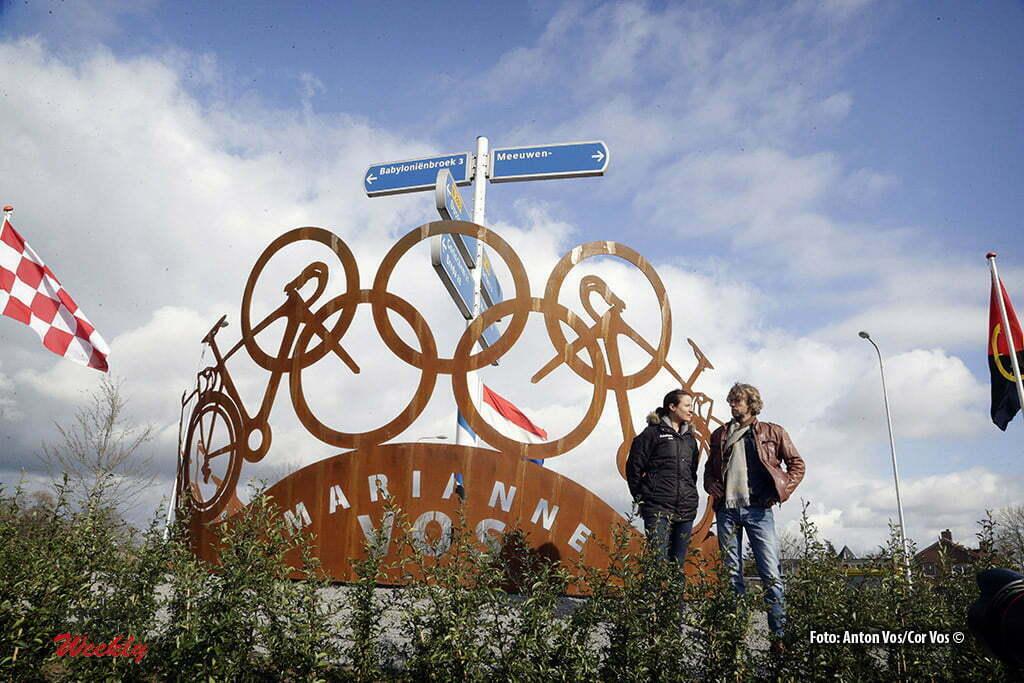 Aalburg - Onthulling kunstwerk op de rotonde in Meeuwen ter herinnering aan Marianne Vos (Netherlands / Rabobank Liv Women Cycling Team) haar gouden medaille tijdens de Olympische Spelen in Londen 2012 - Foto Anton Vos/Cor Vos 2016