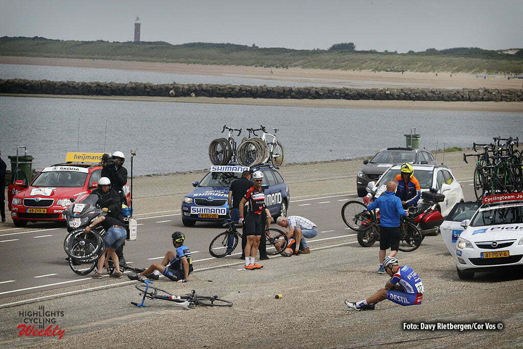 Brouwersdam - Netherlands - wielrennen - cycling - radsport - cyclisme - crash val sturz fall Tim Veldt - Jeff Vermeulen and Johnny Hoogerland (Netherlands / Roompot - Oranje Peloton) pictured during NK Tijdrijden - Dutch National Championships road elite men - photo Anton Vos/Davy Rietbergen/ Cor Vos © 2016